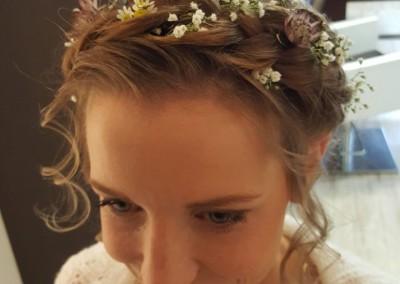 Frische Blumen im Haar